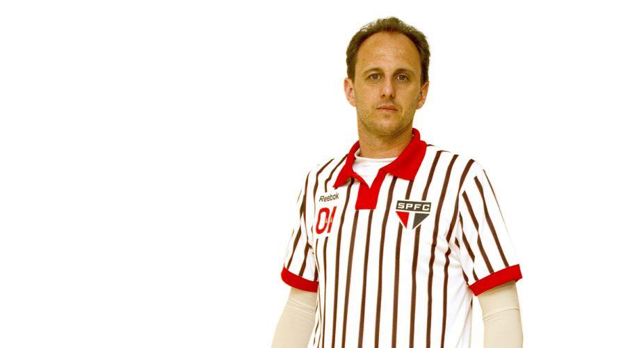 Rogério Ceni exibe uniforme inspirado no modelo utilizado pelo São Paulo na década de 40