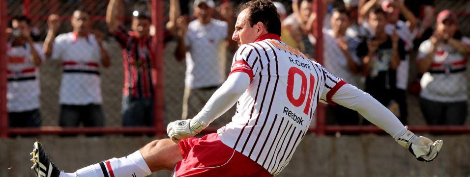 Rogério Ceni balança a rede pela primeira vez em 2011, marcando na vitória sobre o Mogi Mirim, 2 a 0, em 16 de janeiro, em Mogi