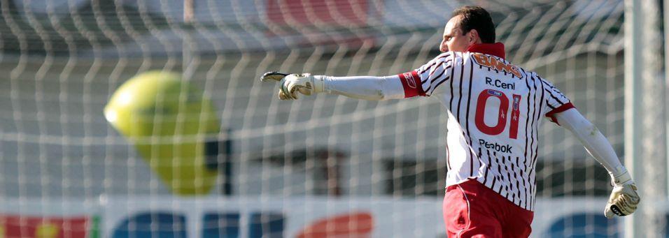 Rogério anota seu 98º gol na carreira, marcando na vitória do São Paulo sobre a Portuguesa de Desportos, 3 a 2, no Canindé, pelo Paulistão 2011