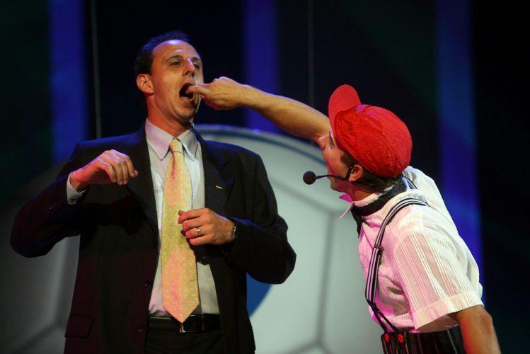 Rogério Ceni brinca com humorista na festa de encerramento do Campeonato Brasileiro de 2006, no Rio de Janeiro. O goleiro foi eleito o melhor goleiro da competição e o craque do campeonato