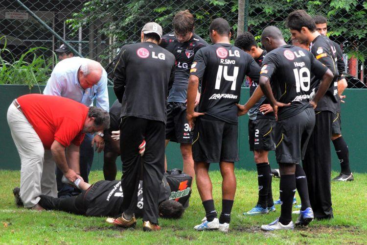 Rogério é prontamente atendido pelos médicos do clube