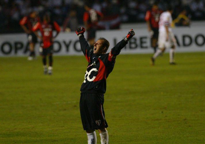 Rogério Ceni comemora um dos gols da vitória do São Paulo sobre o Atlético-PR por 4 a 0 na final da Taça Libertadores da América de 2005, no Morumbi. Com o resultado, a equipe conquistou o torneio pela terceira vez na história.