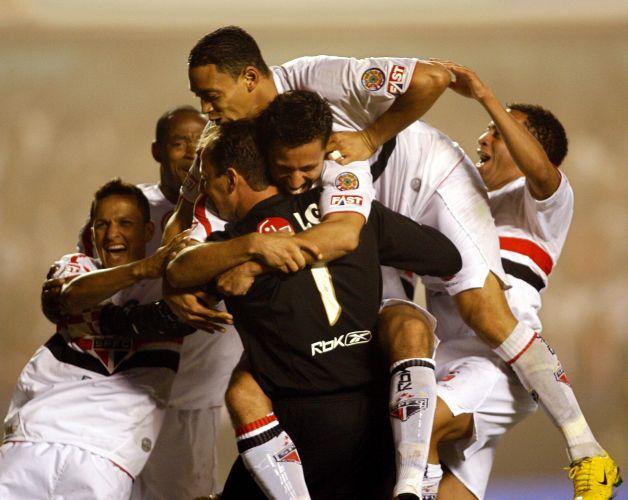 Libertadores da América de 2006: São Paulo 1 x 0 Estudiantes: Rogério Ceni comemora com companheiros depois da vitória nos pênaltis por 4 a 3. No tempo normal o São Paulo venceu por 1 a 0. Com o resultado, a equipe conquistou a classificação à semifinal. O título ficou com o Inter