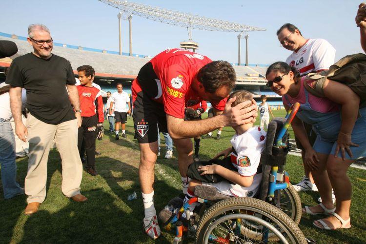 Rogerio Ceni da sua calca de treino para o garoto João Pedro, 6 anos. A atividade ocorreu no Morumbi, em 24 de novembro de 2006