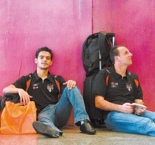 Josué e Rogério Ceni aguardam voo no aeroporto de Congonhas, em São Paulo, em 2007