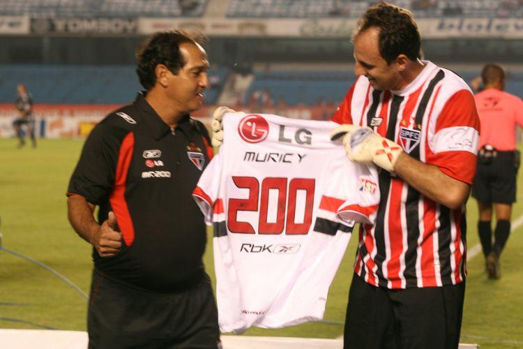 Ceni entrega camisa comemorativa a Muricy Ramalho, que havia completado 200 jogos no comando do São Paulo, em 2007; dupla conquistou tricampeonato nacional com o São Paulo