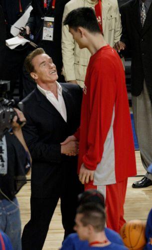 Governador da Califórnia, o ator Arnold Schwarzenegger cumprimenta o chinês Yao Ming durante o All-Star Game de 2004