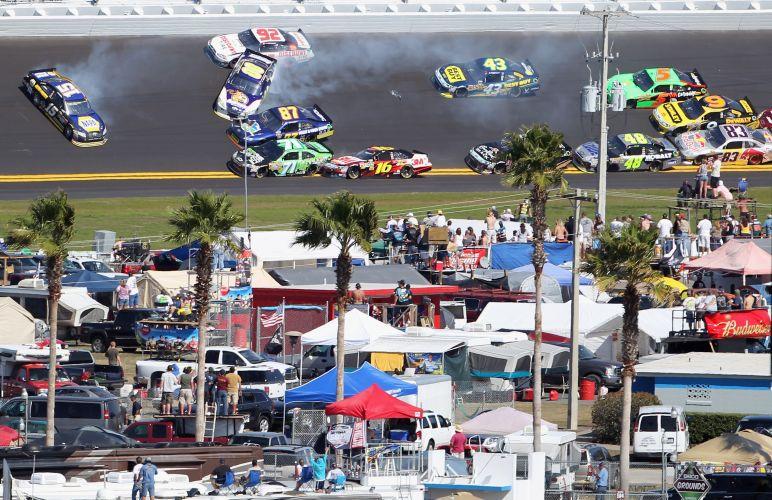 Acidente em massa deixa carros virados na pista de Daytona