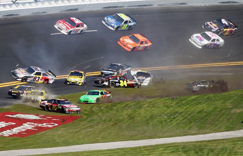 Carros rodam em uma grande batida no GP de Daytona da Nascar