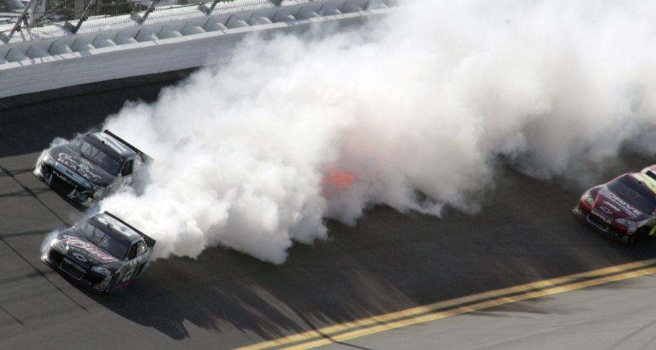 Kevin Harvick tem problema no motor e joga fumaça nos rivais durante a abertura da Nascar, em Daytona