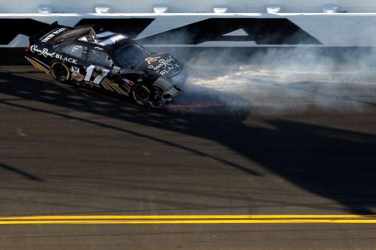 Matt Kenseth fica ao contrário na pista, durante a prova vencida por Trevor Bayne, de 20 anos, mais jovem piloto a triunfar em Daytona