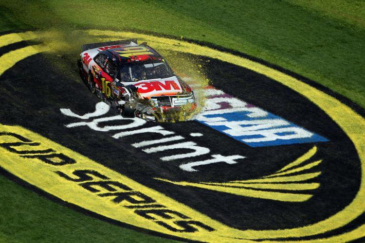 Número 16 Greg Biffle estraga a pintura na grama do circuito de Daytona