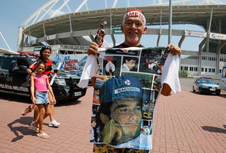 Torcedor flamenguista exibe camiseta personalizada com imagens do ex-piloto Ayrton Senna, morto em 1994.