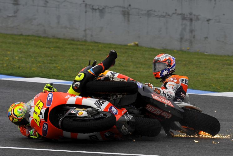 Casey Stoner (direita) e Valentino Rossi se chocam durante GP de Jeres de la Frontera, na Espanha