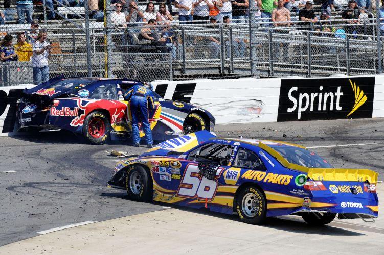 Martin Truex Jr. corre em direção ao carro do companheiro Kasey Kahne para checar a situação do piloto