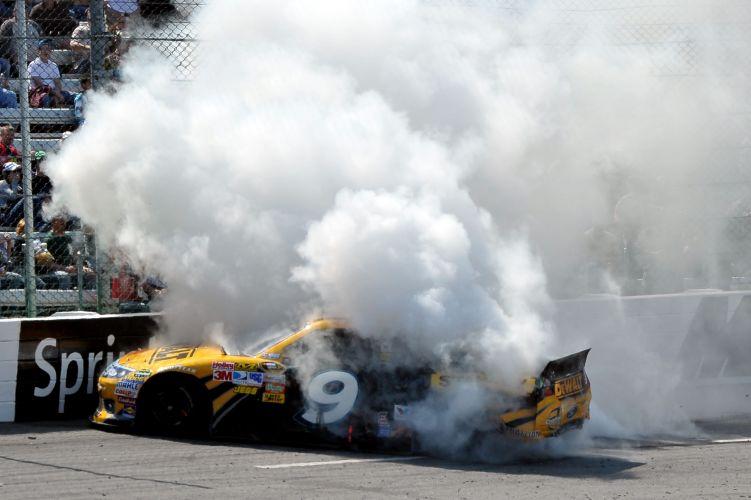 Carro de Marcos Ambrose gira durante a prova da Nascar e espalha fumaça pela pista