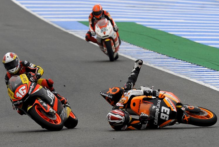 Marc Marquez cai com sua moto da CatalunyaCaixa durante prova do GP de Jerez de la Frontera