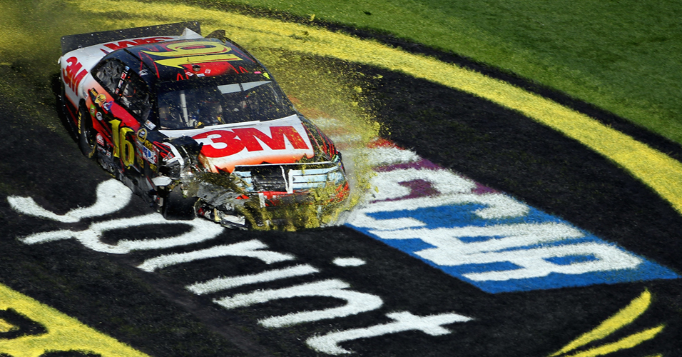 Greg Biffle ignora o belo trabalho no gramado de Daytona e estraga a pintura feita pela organização