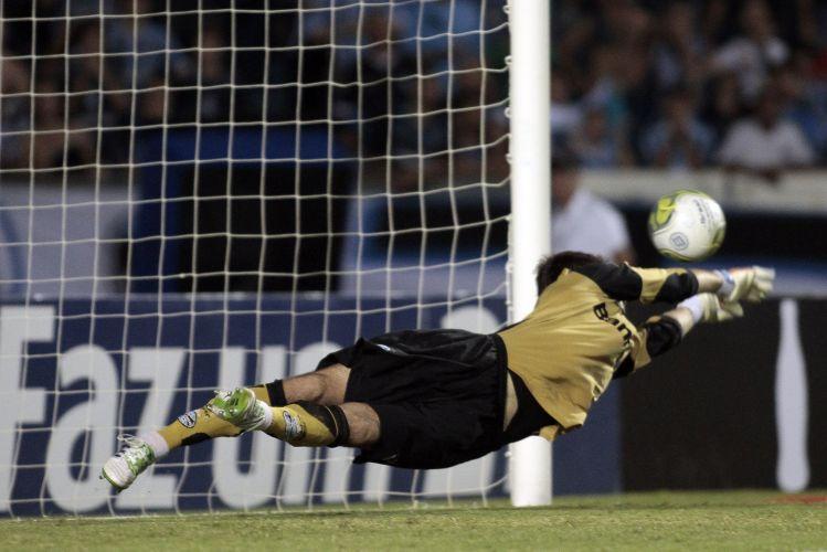 Victor brilhou na decisão de pênaltis, e o Grêmio faturou o 1º turno do Gaúcho