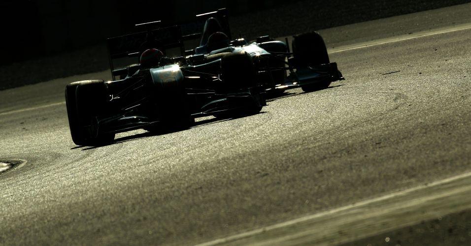 Jarno Trulli e Michael Schumacher são refletidos durante o terceiro dia de testes coletivos em Barcelona