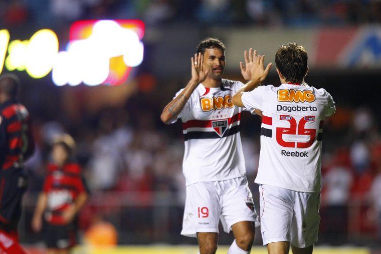 Willian José e Dagoberto comemoram o segundo gol marcado pelo São Paulo contra o Ituano, pelo Campeonato Paulista; camisa 25 tricolor completou passe do número 19