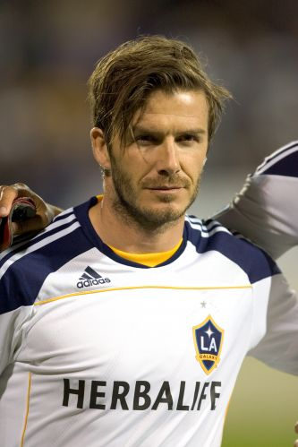 Famoso por mudar o corte do cabelo a cada seis meses, David Beckham inovou para voltar a defender o Los Angeles Galaxy, time de futebol dos Estados Unidos. Astro ingls deixou uma franja gigante e entra na lista dos 'looks' esquisitos