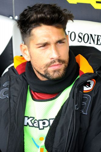 Ex-companheiro de ataque de Adriano na Roma, Marco Borriello  adepto de um estilo estranho. Atacante deixa o cabelo crescer na parte de cima da cabea e passa mquina no restante. O resultado  este: um penteado todo bagunado
