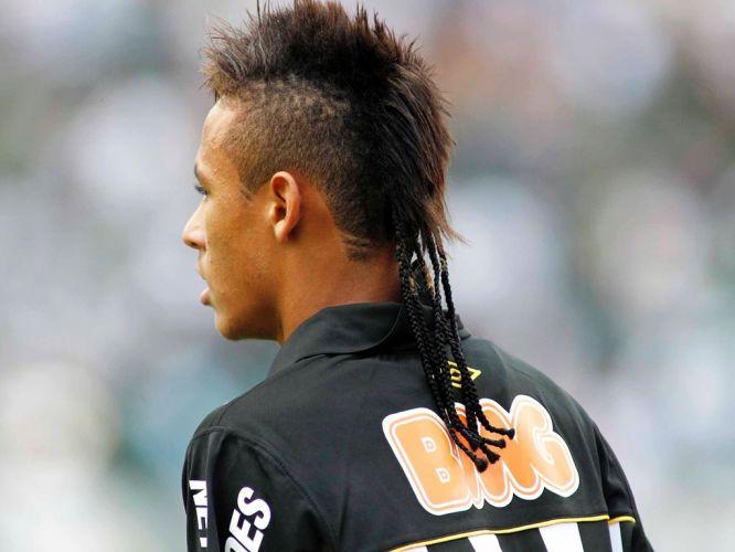Com um estilo moicano já famoso, Neymar se superou ao colocar tranças no cabelo para jogar o clássico Santos x Corinthians. Atacante desistiu do 'look' logo em seguida, mas mostrou até onde é capaz de chegar quando o tema é cabelo estranho