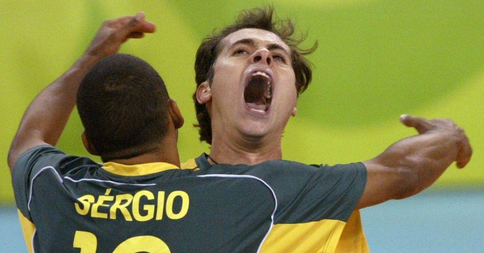 Escadinha e Ricardinho comemoram a vitória da seleção brasileira sobre os EUA por 3 sets a 0, na semifinal das Olimpíadas de 2004; líbero confirmou que não aceitará mais convocações do técnico Bernardinho