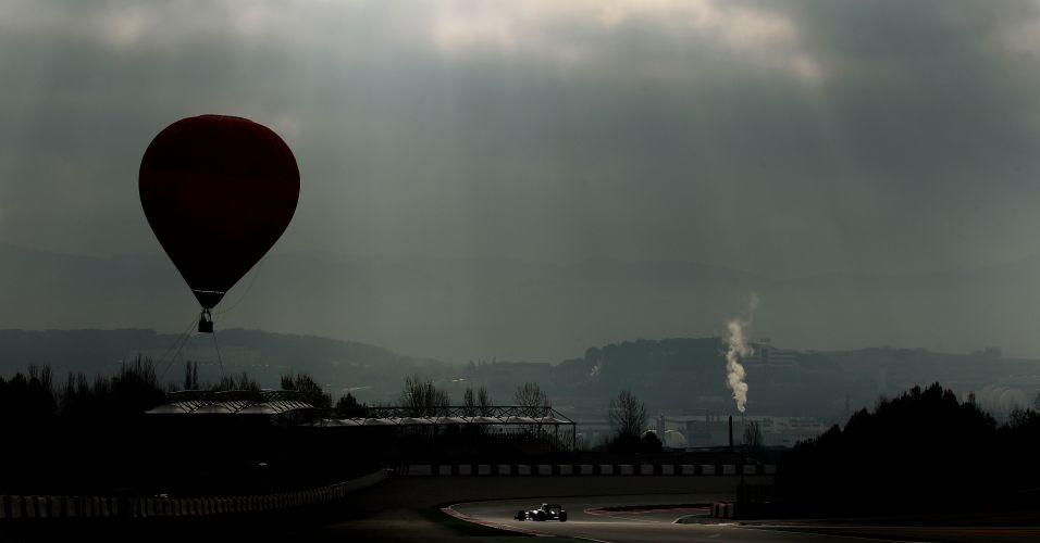 Balão sobrevoa o circuito de Montmeló enquanto Michael Schumacher anda na pista no penúltimo dia de testes coletivos