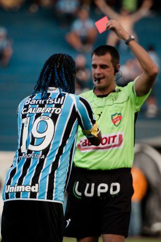 Carlos Alberto recebe o cartão vermelho por simulação e inicia uma grande confusão no jogo entre Grêmio e Cruzeiro-RS, que terminou com derrota por 2 a 0 do time tricolor.