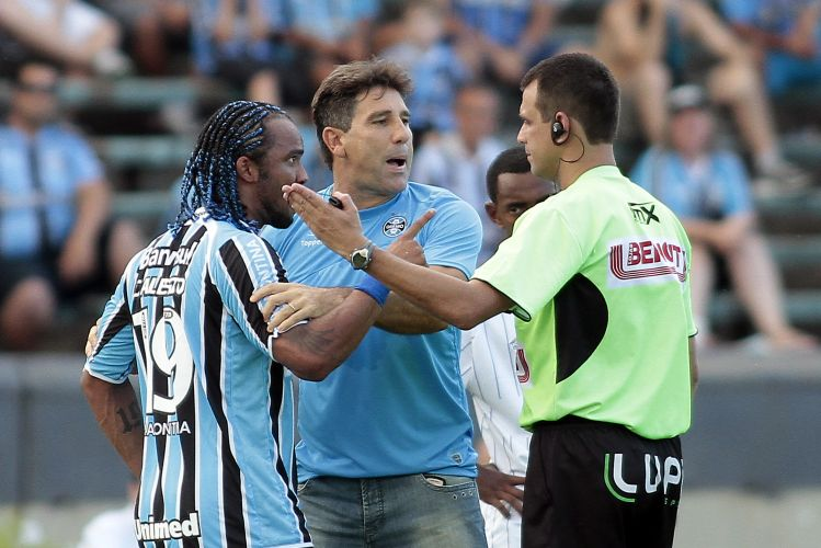Renato Gaúcho se irrita com a expulsão de seu capitão, Carlos Alberto, e discute com o juiz até também ser expulso do jogo do Grêmio contra o Cruzeiro-RS, que venceu por 2 a 0.