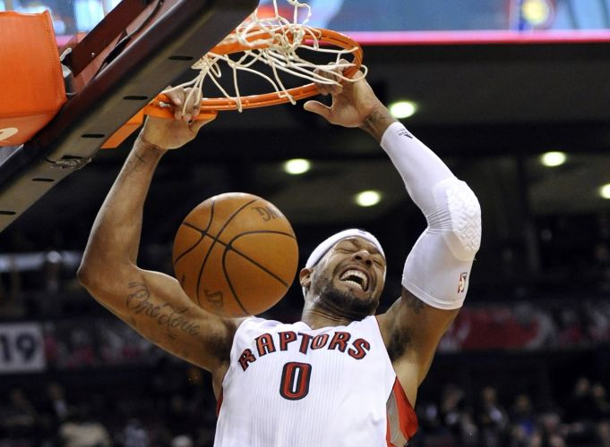 James Johnson enterra para os Raptors na vitória contra os Pacers
