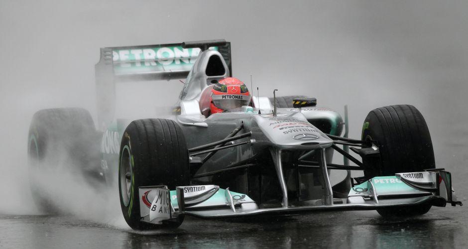 Michael Schumacher comanda a Mercedes durante sessão de testes complicada para os pilotos na manhã deste sábado; forte chuva atrapalhou planos da escuderia e do piloto alemão