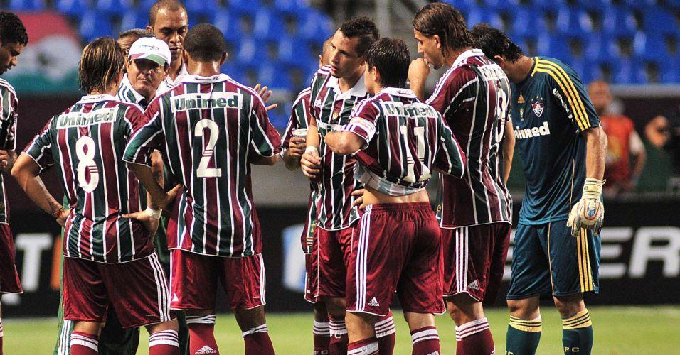 Muricy Ramalho orienta os jogadores do Fluminense durante a parada técnica do clássico diante do Flamengo