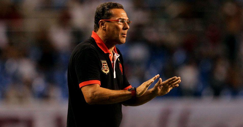 Vanderlei Luxemburgo orienta jogadores do Flamengo no clássico diante do Fluminense no Engenhão