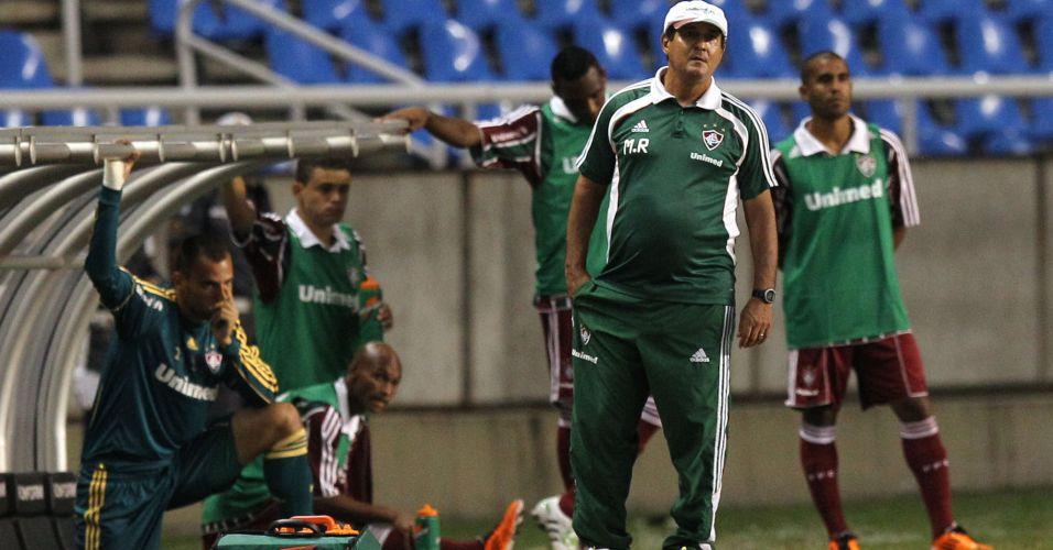 Muricy Ramalho observa a partida contra o Flamengo no Engenhão
