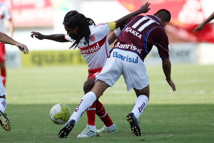 Tinga, capitão do Inter, protege a bola da marcação do Caxias, em jogo válido pelo Campeonato Gaúcho.