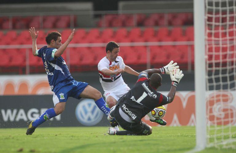 Juan tenta cruzar a bola durante a partida entre São Paulo e Santo André, pelo Campeonato Paulista