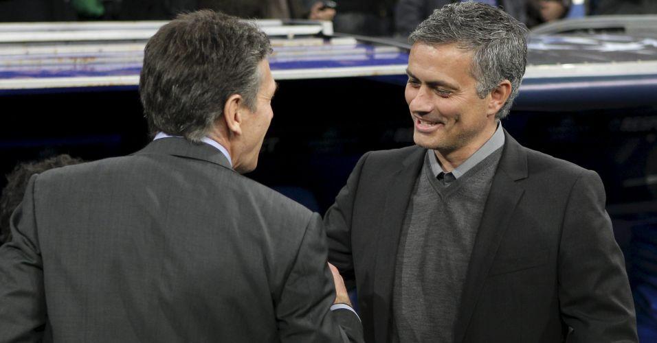 Os treinadores Claude Puel, do Olympique de Lyon, e José Mourinho, do Real Madrid, se cumprimentam antes de partida decisiva pela Liga dos Campeões