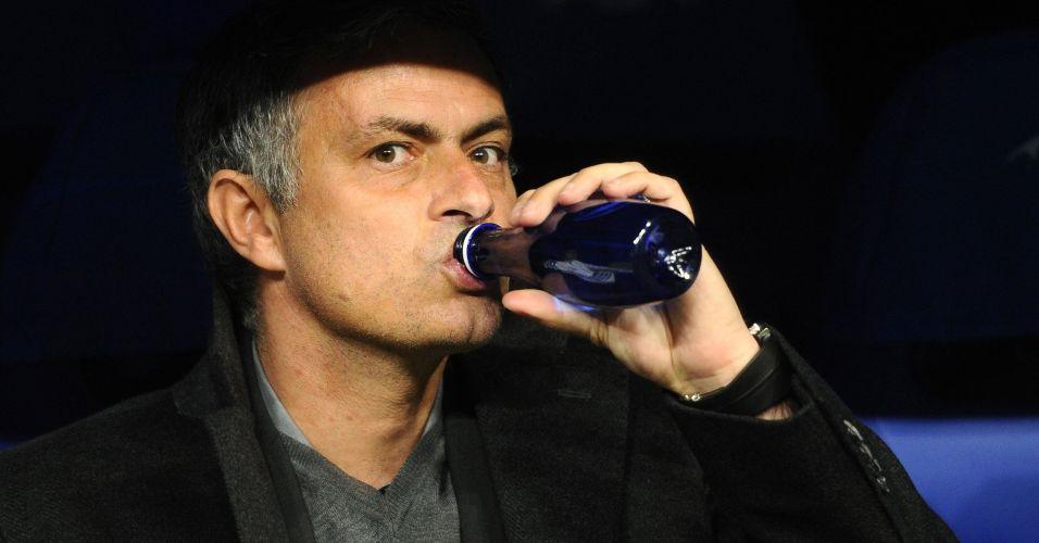 Jose Mourinho bebe água durante a partida do Real Madrid contra o Lyon pela Liga dos Campeões