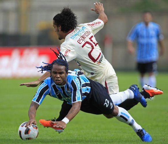 Carlos Alberto sofre falta no empate do Grêmio fora de casa