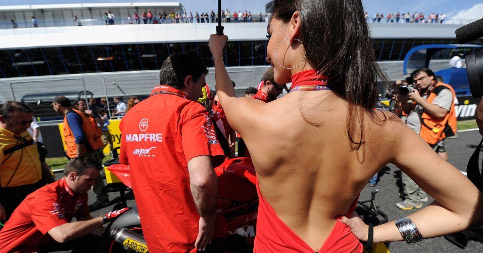 Musa de vermelho não perde a simpatia enquanto faz sombra para o pessoal em Jerez de la Frontera