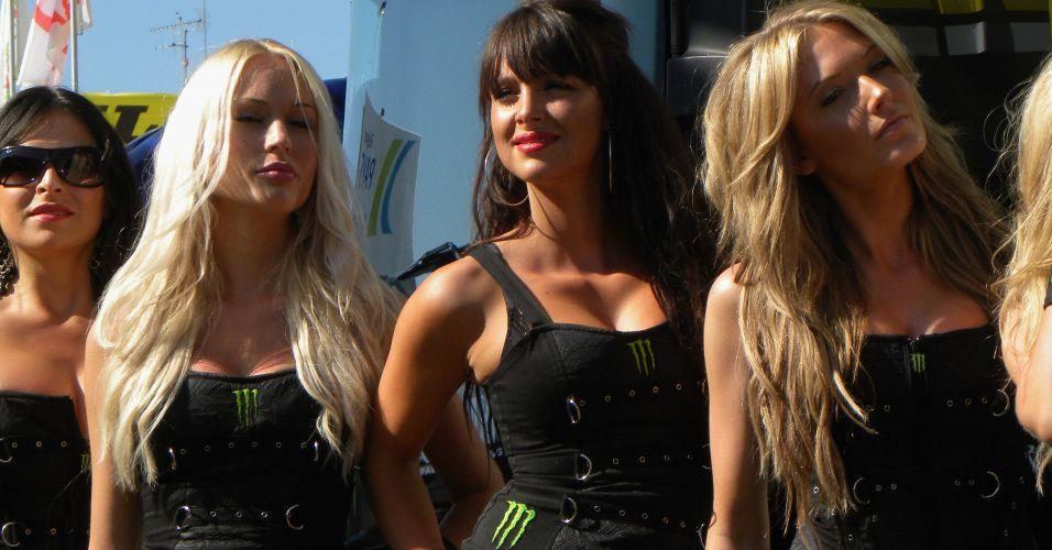 De preto no sol em Le Mans, elas deviam estar com calor, mas não perderam a pose