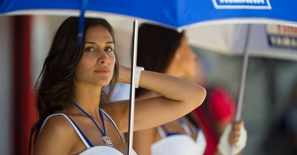 Enquanto descansava durante a sessão qualificatória do GP da Catalunha, bela morena foi flagrada pelas lentes