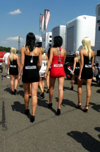 Garotas do grid andam em bando no paddock do GP da Alemanha
