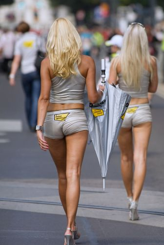 Modelos recolhem guarda-sol durante evento da MotoGP na ustria