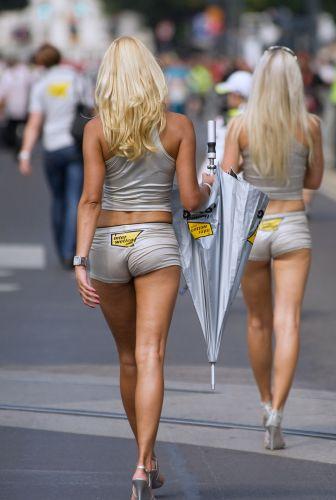 Modelos recolhem guarda-sol durante evento da MotoGP na Áustria