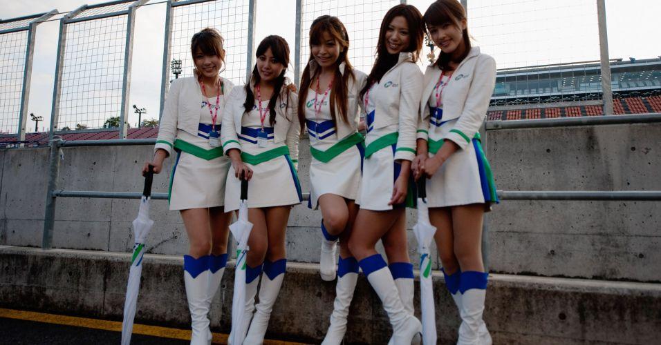 Turma de modelos japonesas esbanja simpatia durante o GP de Motegi