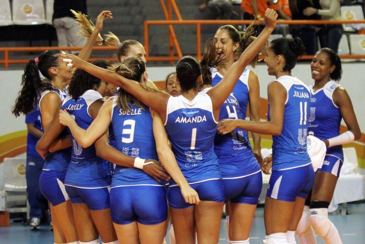 Jogadoras da Unilever comemoram vitória por 3 a 0 sobre maior rival Osasco; mesmo antes do jogo, time comandado por Bernardinho já havia assegurado a liderança da primeira fase